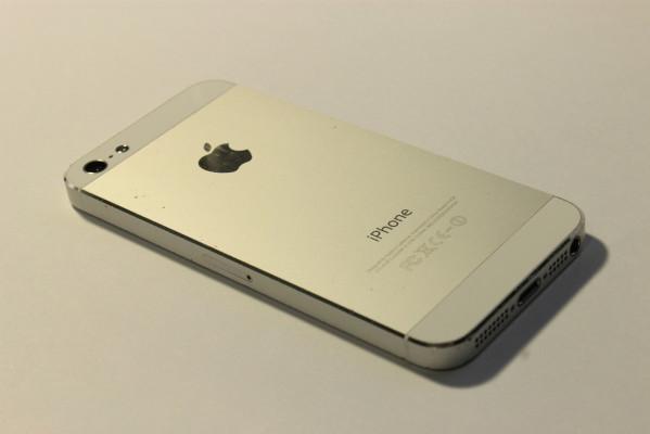 Фото iPhone 5 сзади